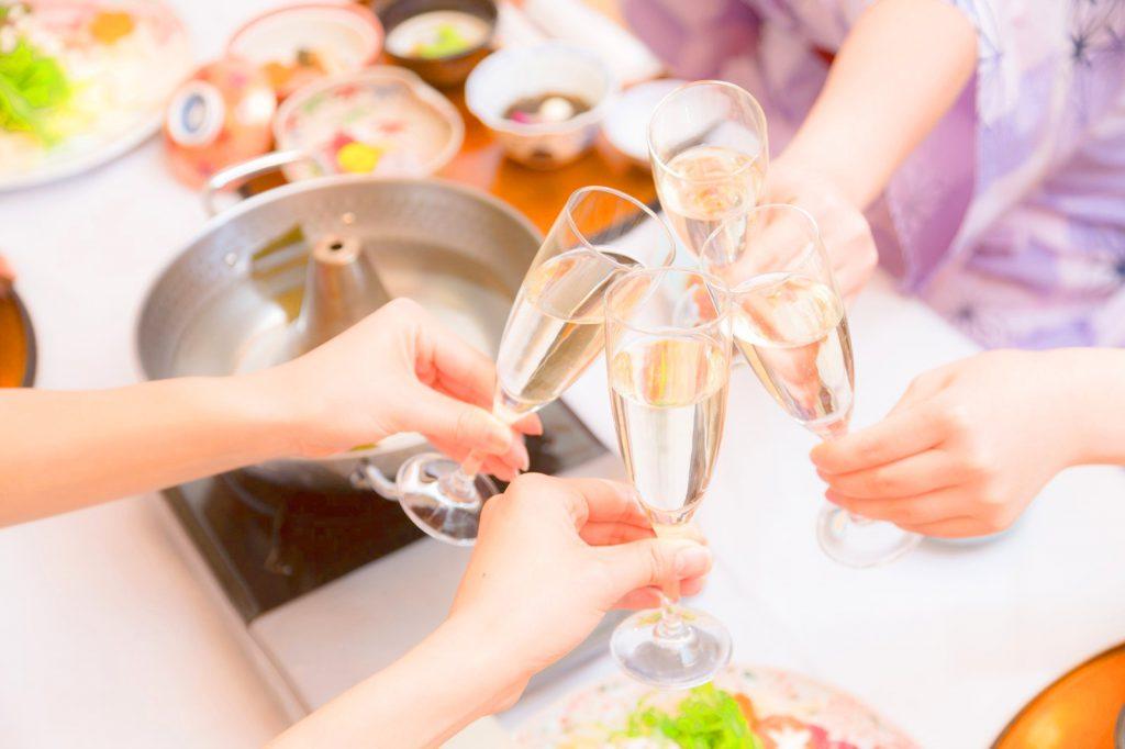 女子会にてシャンパンで乾杯する